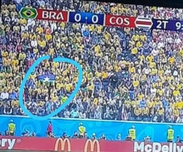Porto velhense com a bandeira de Rondônia no meio da multidão no estádio na Rússi (Foto: Arquivo Pessoal)