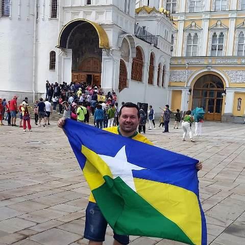 Rafael de Souza passeou bastante na Rússia e com a bandeira sempre ao seu lado. (Foto: Arquivo Pessoal)